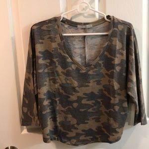 Camo cropped winged 3/4 sleeved shirt